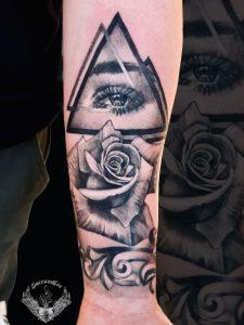 tattoo-bianco-e-nero-rosa-occhio-significato-illuminismo-triangolo-braccio-avambraccio-italia-tatuatori-vicenza-veneto