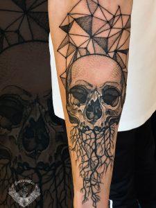 tattoo-bianco-e-nero-tatuaggio-teschio-rami-significato-braccio-geometric-italia-tatuatori-vicenza-veneto