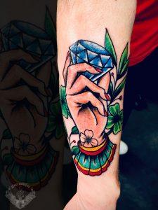 tattoo-tatuaggio-stile-old-school-diamante-mano-quadrifoglio-italia-tatuatori-vicenza-veneto