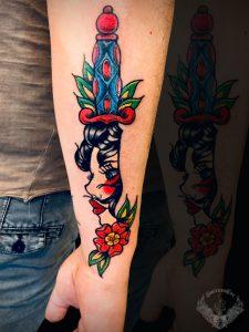 tattoo-tatuaggio-stile-old-school-donna-coltello-italia-tatuatori-vicenza-veneto