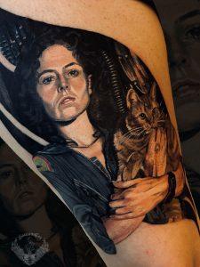 tatuaggio-effetto-tattoo-realistico-horror-film-alien-ellen-ripley-xenomorfo-sigourney-weaver-attori-gatto-italia-tatuatori-vicenza-veneto