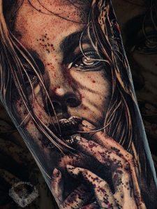 tatuaggio-effetto-tattoo-realistico-horror-vampiro-volto-ritratto-bianco-e-nero-donna-braccio-sangue-gotico-italia-tatuatori-vicenza-veneto