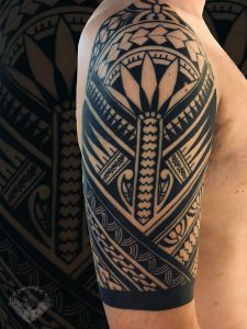 tattoo-tatuaggio-stile-polinesiano-spalla-braccio-italia-tatuatori-vicenza-veneto-sacrum-cor